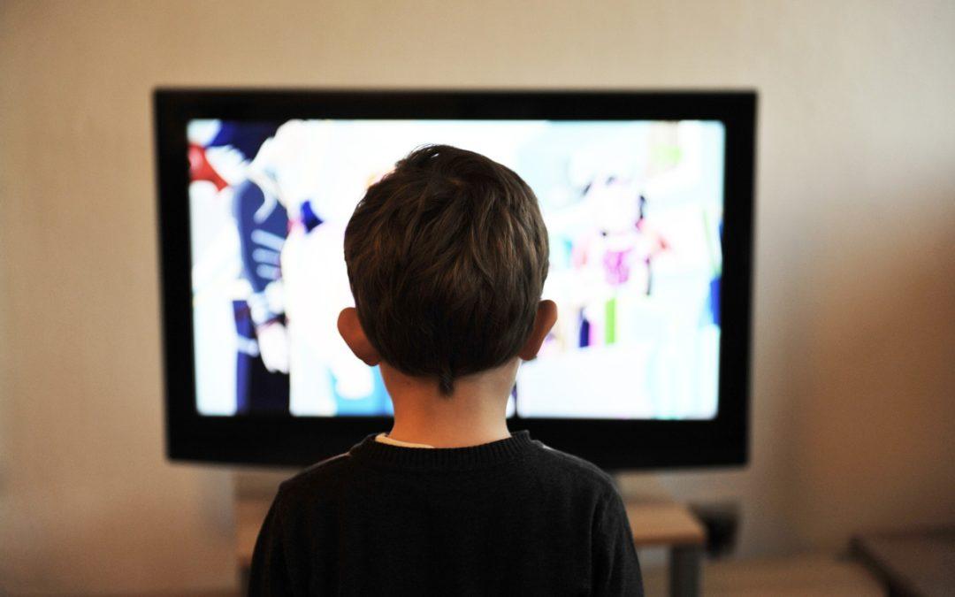 Due ore di schermo al giorno danneggiano i bambini